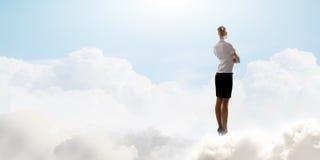 Empresaria en cielo Fotos de archivo libres de regalías