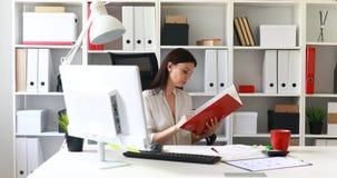 Empresaria en documentos de examen de la blusa blanca en carpeta almacen de metraje de vídeo