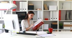 Empresaria en documentos de examen de la blusa blanca en carpeta almacen de video