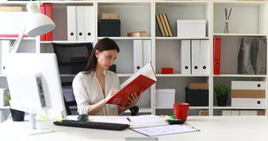Empresaria en documentos de examen de la blusa blanca en carpeta metrajes