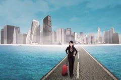 Empresaria en el camino con el fondo del rascacielos Fotos de archivo libres de regalías