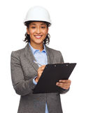 Empresaria en el casco blanco con el tablero Fotografía de archivo