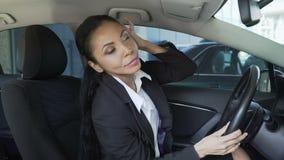 Empresaria en el coche que mira en el retrovisor, exceso de confianza, narcisismo almacen de video