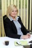 Empresaria en el escritorio Imagen de archivo