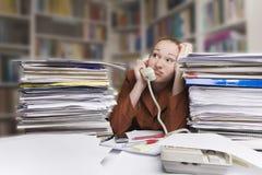 Empresaria en el escritorio foto de archivo libre de regalías
