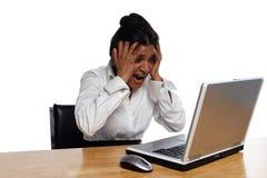 Empresaria en el escritorio encolerizado por Laptop fotos de archivo