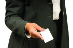 Empresaria en el juego que sostiene la tarjeta de visita vacía Foto de archivo libre de regalías