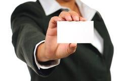 Empresaria en el juego que sostiene la tarjeta de visita vacía Imagen de archivo