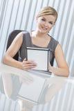 Empresaria en el ordenador de la tablilla en oficina imagen de archivo