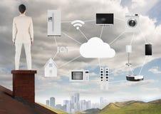 Empresaria en el tejado con los iconos caseros del objeto y de las máquinas sobre ciudad Imágenes de archivo libres de regalías