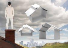Empresaria en el tejado con los iconos caseros sobre ciudad Foto de archivo libre de regalías