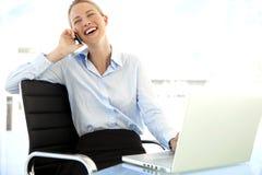 Empresaria en el teléfono en el lugar de trabajo Fotos de archivo libres de regalías