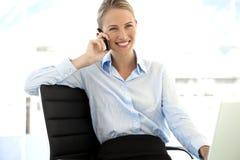 Empresaria en el teléfono en el lugar de trabajo Imagenes de archivo