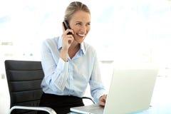 Empresaria en el teléfono en el lugar de trabajo Fotografía de archivo