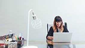 Empresaria en el trabajo que se sienta en oficina fotografía de archivo libre de regalías