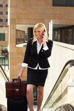 Empresaria en la escalera móvil Fotografía de archivo