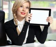 Empresaria en la oficina con la tablilla Fotos de archivo