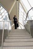 Empresaria en las escaleras - granangulares foto de archivo libre de regalías