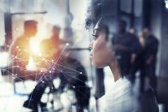Empresaria en las miradas de la oficina a través de la ventana para el futuro Exposición doble imagen de archivo