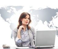 Empresaria en oficina en fondo del mapa del mundo Fotografía de archivo