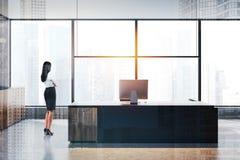 Empresaria en oficina panorámica del CEO fotografía de archivo