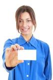 Empresaria en su 20s en la camisa azul que muestra el negocio en blanco Ca Imagen de archivo libre de regalías