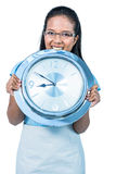 Empresaria encantada que sostiene un reloj Fotos de archivo