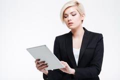 Empresaria encantadora que usa la tableta Foto de archivo