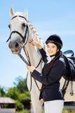 Empresaria encariñada con el equestrianism que viene al circuito de carreras fotografía de archivo libre de regalías