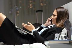 Empresaria enojada que se queja en el teléfono en un hotel foto de archivo libre de regalías