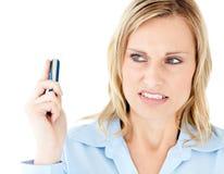Empresaria enojada que sostiene un teléfono celular Fotografía de archivo