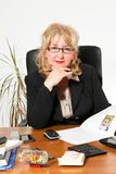 Empresaria envejecida centro, en el escritorio Foto de archivo
