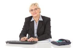 Empresaria envejecida media en la oficina Fotografía de archivo libre de regalías