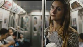Empresaria europea hermosa seria cansada y subrayada en el metro, mirando alrededor con los ojos tristes vacíos metrajes