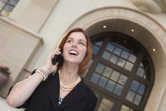 Empresaria feliz On Cell Phone delante ayuntamiento Fotos de archivo libres de regalías