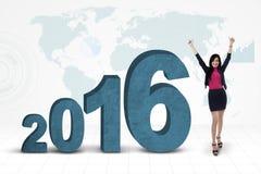 Empresaria feliz con los números 2016 y el mapa Fotografía de archivo libre de regalías