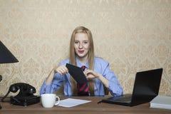 Empresaria feliz con un soborno a disposición foto de archivo