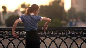 Empresaria feliz Dancing After Finishing su trabajo almacen de metraje de vídeo