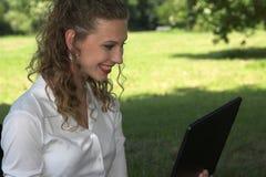 Empresaria feliz en el parque Fotos de archivo libres de regalías