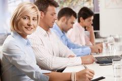 Empresaria feliz en la reunión de negocios Foto de archivo libre de regalías