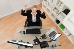 Empresaria feliz en oficina foto de archivo libre de regalías