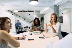 Empresaria feliz en oficina Foto de archivo