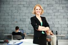 Empresaria feliz joven con los brazos doblados Foto de archivo libre de regalías