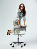 Empresaria feliz joven que se divierte en silla de la oficina imágenes de archivo libres de regalías