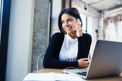 Empresaria feliz que habla en el teléfono Fotografía de archivo libre de regalías