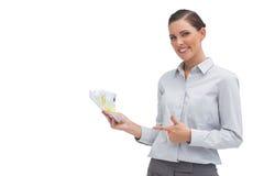 Empresaria feliz que muestra el dinero en su mano Fotos de archivo