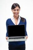 Empresaria feliz que muestra la pantalla de ordenador portátil Fotos de archivo libres de regalías