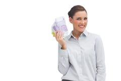 Empresaria feliz que muestra porciones de dinero Fotografía de archivo libre de regalías