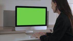 Empresaria feliz que trabaja en la PC metrajes