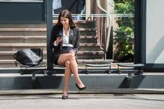 Empresaria feliz Using Cellphone imagen de archivo